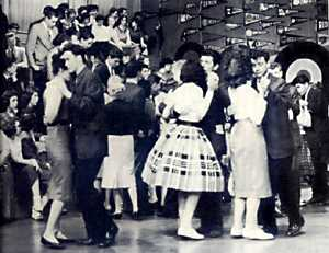 Teenagers on American Bandstand who have a nice embrace for tango